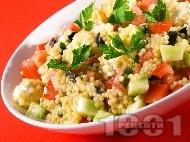Рецепта Салата с кускус / кус кус по гръцки с домати, краставици, сирене и черни маслини